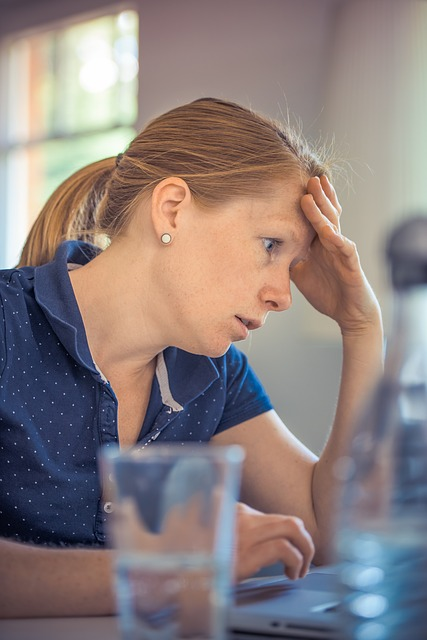 Photo frustrated woman at computer